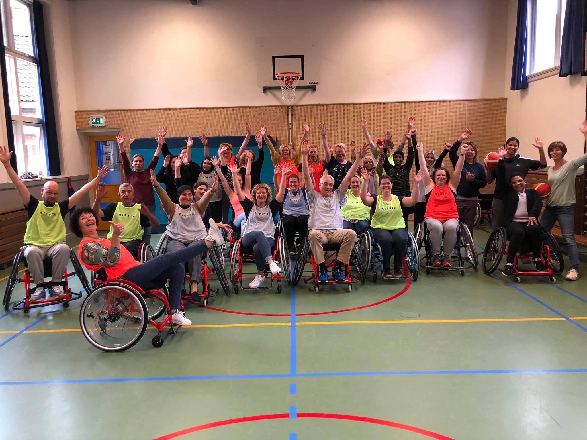 Leerkrachten Bogermanschool na afloop van een clinic rolswtoelbasketball